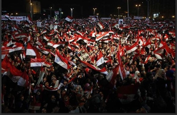 Supporters of Egypt's army and police gather at Tahrir square in Cairo, on the third anniversary of Egypt's uprising, January 25, 2014. REUTERS/Mohamed Abd El Ghany