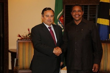 Egypt`s Foreign Minister, Nabil Fahmy, meeting with the Tanzanian President on Sunday Feb. 23,2014 (Photo: courtesy of Fahmy`s official Facebook page