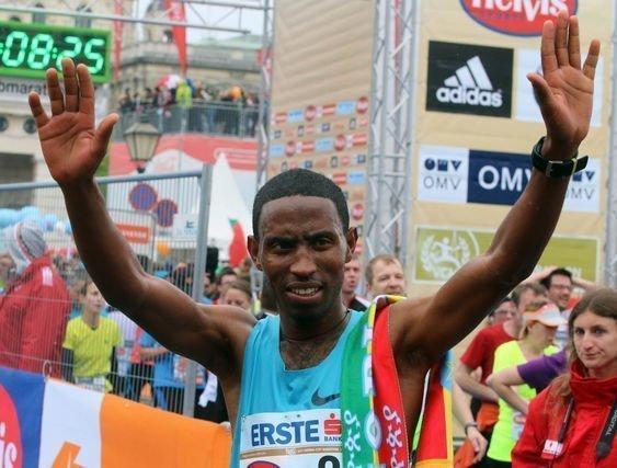 Getu Feleke of Ethiopia waves after winning the Vienna city marathon, in Vienna downtown, Austria, on Sunday, April 13, 2014. (AP Photo /Ronald Zak)