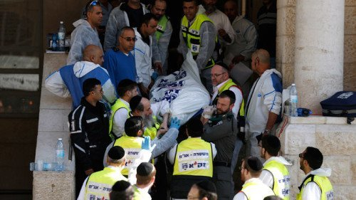Israeli emergency personnel carry the body of a victim from the scene of an attack at a Jerusalem synagogue November 18, 2014. (Reuters / Finbarr O'Reilly)