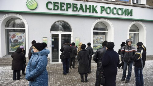 People wait in front of a closed bank on November 26, 2014 in the eastern Ukrainian city of Donetsk. (AFP Photo/Eric Feferberg)