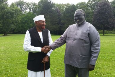 President of the opposition National Umma Party (NUP) Sadiq al-mahdi (L) shake hands with the chairman of the Sudan Revolutionary Front (SRF) on 8 August 2014 (ST)