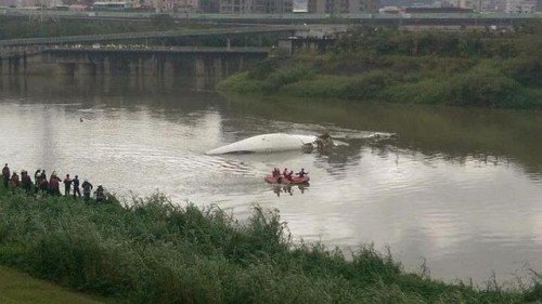 Taiwan's Central News Agency released a picture of the plane that crashed into a river in New Taipei City. --PHOTO: New Taipei City Fire Department -