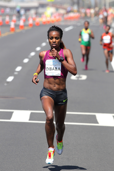 Genzebe Dibaba on her way to Winning the 2015 Carlsbad 5000 (Andrew McClanahan/PhotoRun)