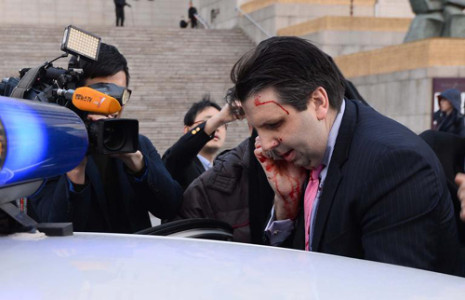 U.S. ambassador to Korea Mark Lippert gets into a car after a slasher attack in Seoul on Thursday. /Newsis