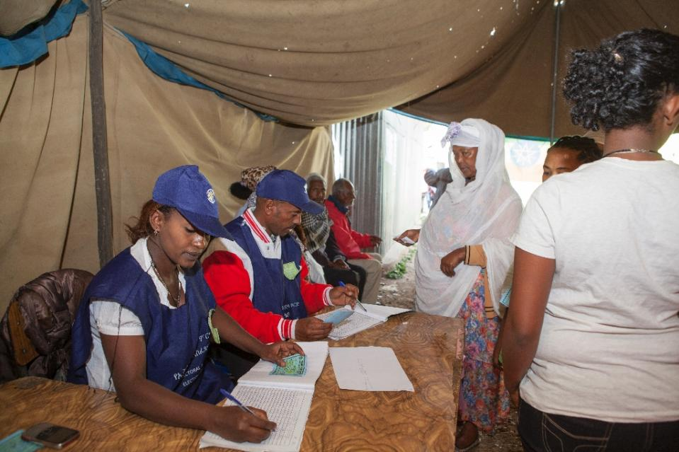Ethiopian Electoral Board employees work at a polling station in Addis Ababa on May 24, 2015 (AFP Photo/Zacharias Abubeker)
