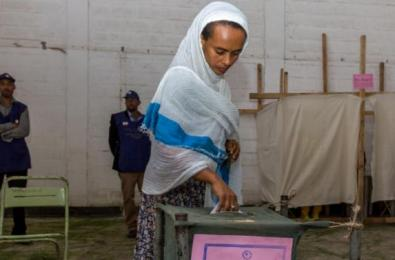 A woman casts her vote in Ethiopia's general election in Addis Ababa, Ethiopia, Sunday, May 24, 2015. (AP Photo)