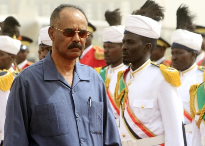 Eritrean President Isaias Afwerki (L) reviews the honor guard during his welcome ceremony in the Sudanese capital, Khartoum, on June 11, 2015 (AFP Photo/Ashraf Shazly)