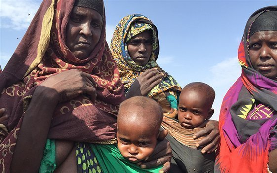 Breast feeding children in settlement for people displaced by the drought in Asabuli village in Sitti Zone, north-eastern Ethiopia. Photo: NRC/Patrik Ekløf.