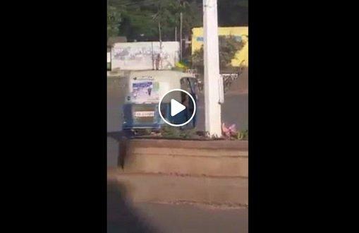 Brave man defying security force in Gonder ; hoist Ethiopian flag